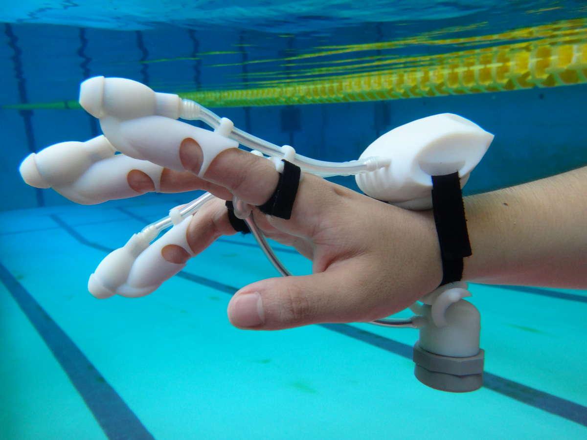 水中で離れた場所にある物体を感じることができる触覚フィードバックソナーグローブ「IrukaTact」