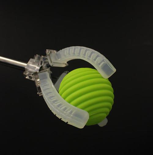 動き、圧力、接触、温度を感知できる埋め込みセンサを備えたソフトロボット