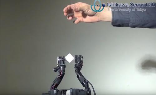 物体の中心位置と距離を検出し、柔軟物をキャッチするロボティクス・システム