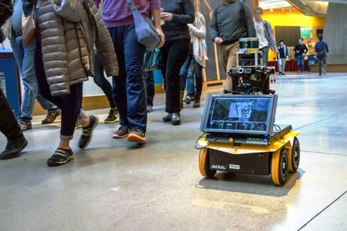 歩行者を観察しながらその歩調に合わせ人を回避しながら走行するソーシャルドライブができる自律型ロボット
