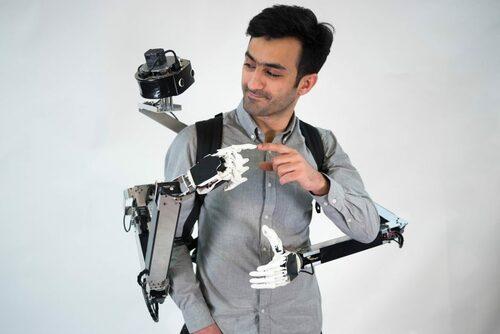 VRで遠隔操作されるロボットアーム2本と同じ物理空間で共同作業可能なVRテレコラボレーションシステム
