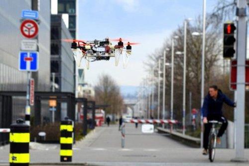 車や自転車を模倣するように歩行者や障害物を回避したりする自律飛行ドローン