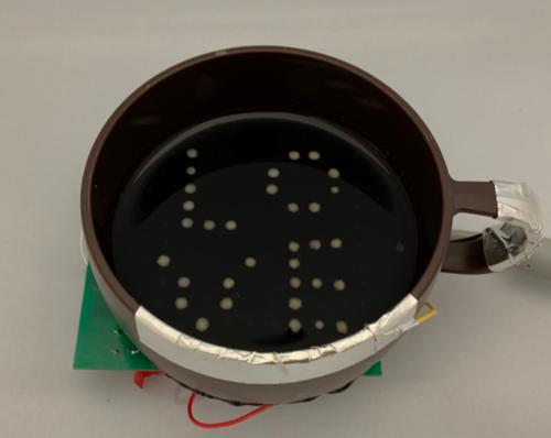 """電気分解を利用し、飲料表面にドットの文字や数字を表示できる""""泡ディスプレイ""""「BubBowl」"""