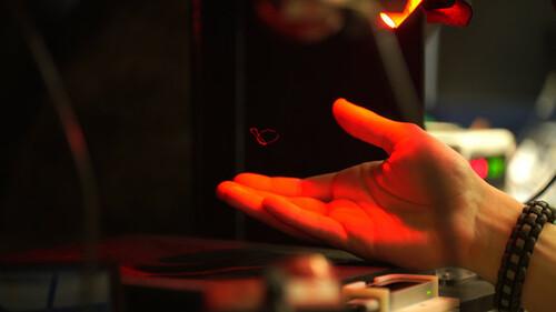 超音波を用いて、触覚と音と映像を同時に空中で生み出すディスプレイ「Multimodal Acoustic Trap Display」