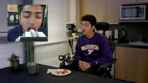 車椅子に取り付けて食事のサポートを行うロボットアームシステム