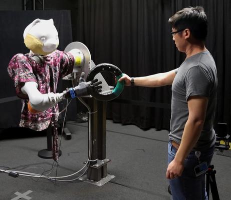 人からロボットへモノを手渡すと、自然な動作で受け取れるシステム